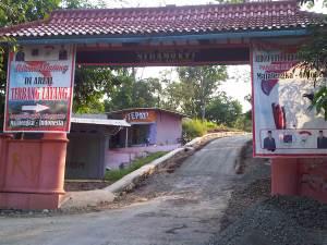 Gerbang masuk Desa Sidamukti sekaligus jalan menuju wisata Paralayang