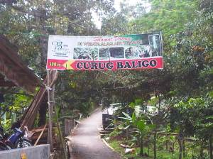 Spanduk petunjuk arah menuju Curug Baligo.