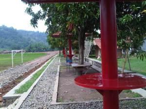 Lapangan Cibatu yang difasilitasi gazebo.