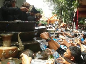 Masyarakat yang berebut mendapatkan air bekas mencuci pusaka