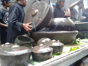 Gong dan Goang renteng yang sedang dicuci