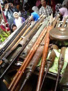 Pusaka berupa senjata tombak dan meriam kecil yang sedang dicuci
