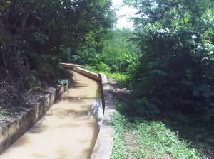 Ikuti jalur irigasi ini ( Ingat arah ke selatan/dari turun tangga belok kiri)