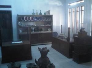 Ruangan yang menyimpan keramik dan benda-benda lainnya.