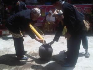 Pengisian kendi dari air yang berasal dari Gunung Bitung