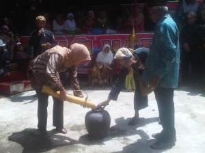 Pengisian kendi dari sumber mata air Situ Sangiang