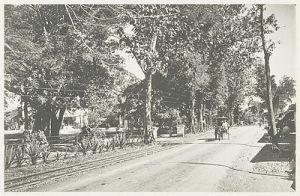 Jalur KA Kadipaten - Cirebon di sisi jalan raya pos di Jatiwangi pada yahun 1940 (Perhatikan rel di kiri jalan). (Sumber: kitlv.pictura-dp.nl)