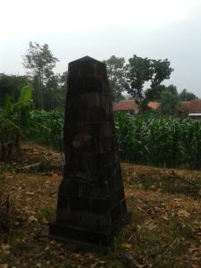 Makam yang diatasnya dibangun Tugu Obelisk