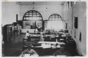 Kondisi ruangan gedung administratur Pabril Gula Kadhipaten.  (sumber: media-kitlv.nl)