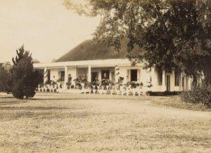 Rumah Administratur Pabrik Gula Parungdjaja.  (sumber: media-kitlv.nl)